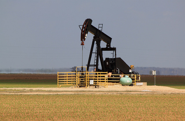 Oil well between Caldwell and Bryan, TX - Picture Credit: Flickr, Roy Luck